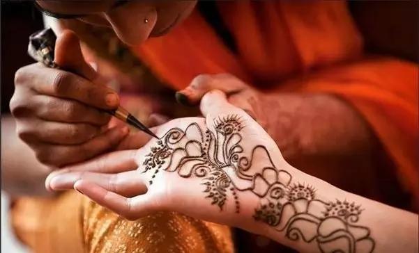 印度海娜手绘是一种古老的身体手绘艺术