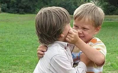 当孩子打人时,家长该不该打回去?