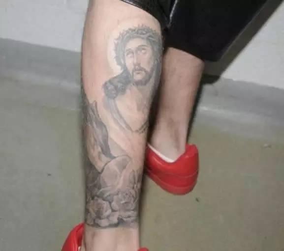 个头戴皇冠的耶稣纹身