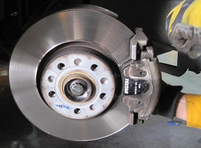 在传统实心盘式刹车的基础上,为了更好的散热又衍生出了通风盘(空心)图片