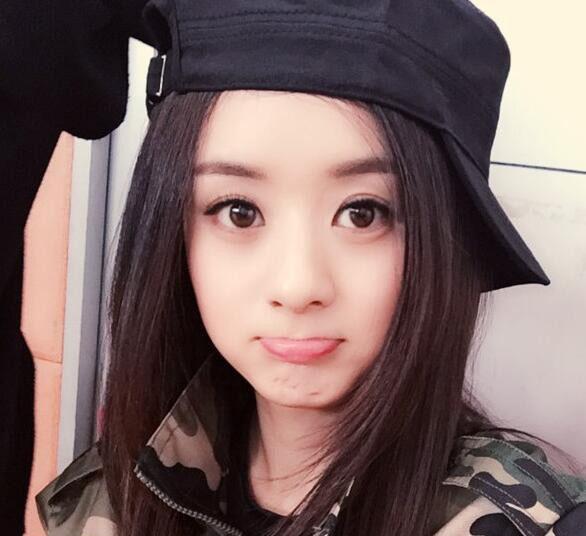 赵丽颖把这顶简单的黑色帽子戴出帅气中又带点甜美感的feel,搭配迷彩