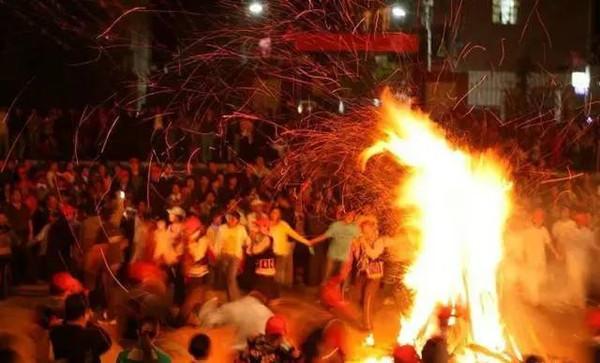 元谋六月狂欢火把节   农历六月二十四日,彝族都要过火把节,火把节又叫   [详细]   毕节市   曼阁佛寺   澜沧江   迪庆州   怒江州   德宏州