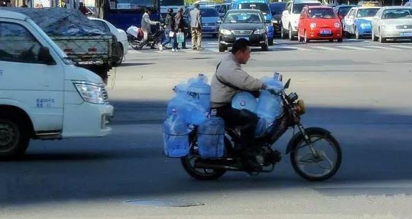 将一桶桶矿泉水送进千家万户