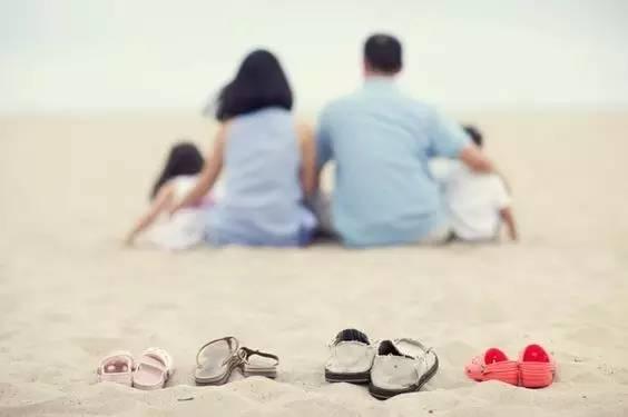 相依相偎的背影,相扶相持的一家人.图片