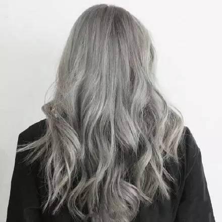 青亚麻灰色,酷似去年大火的奶奶灰的发色,但在灰调中又有一些丰富的