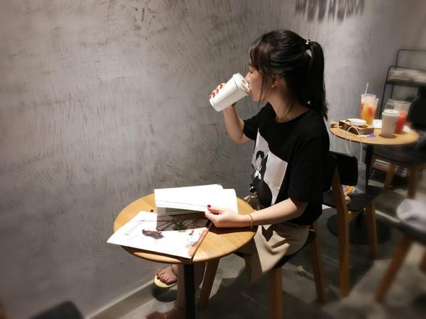 喜茶?|?喂,西城都荟喝茶了,美女生请你来有喜个发少女你想图片