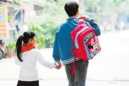 家长们把自己的爱都倾注在了自己的 孩子 身上,觉得书包太重太累赘,怕