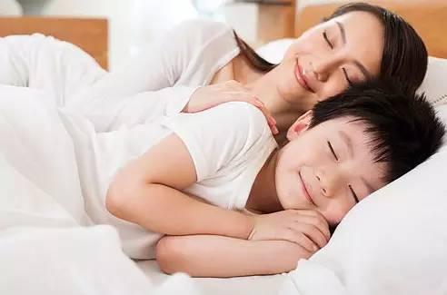 家长警惕!10岁男孩还同父母睡一张床,有些后果你绝对想不到!