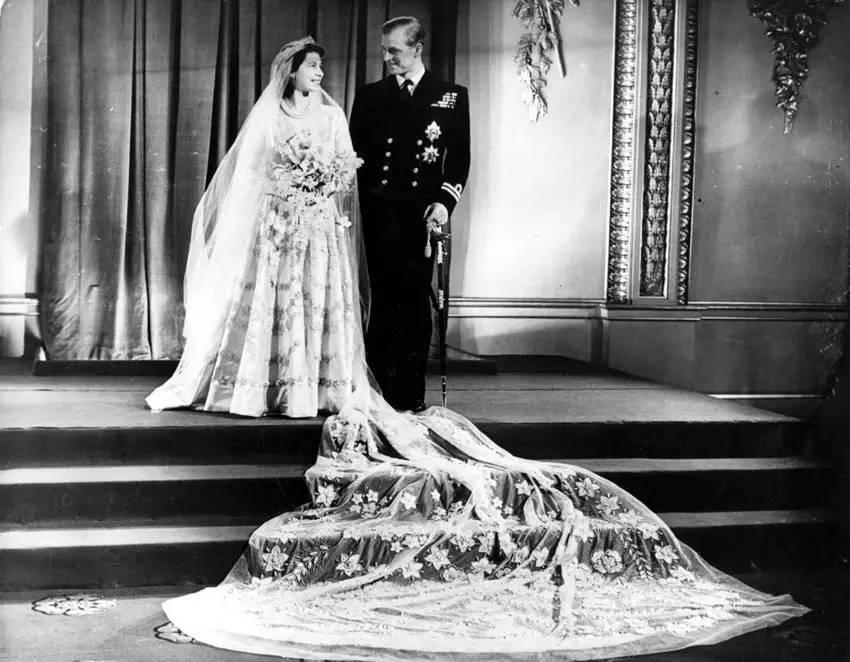 英国女王拥有全世界最贵衣橱,你真的不想看看