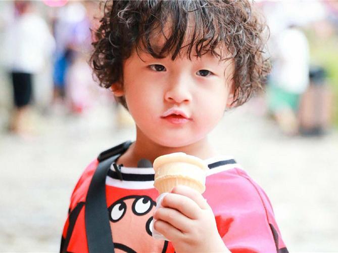 孩子为什么喜欢打人?从童星轩轩2张相片找到真相