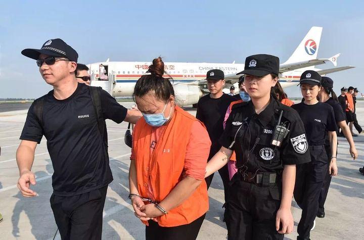 航班抵达温州,犯罪嫌疑人被民警带下飞机。   昨天下午4时许,吉林延吉至温州的东航MU7238航班在龙湾国际机场降落。36名穿橙色马甲、戴着口罩的犯罪嫌疑人依次被民警押出机舱。   上月24日,温州警方曾在公安部、省公安厅统一部署下,从柬埔寨押回39名通讯(网络)诈骗犯罪嫌疑人(大陆籍14名、台湾籍25名),这些嫌疑人目前已被温州检方批捕。   此批嫌犯是温州警方在对6 25特大通讯(网络)案的追踪调查中发现并抓获的。在1个月时间内,温州警方南下北上两次包机押解通讯(网络)诈骗犯罪嫌疑人回温审讯,这样