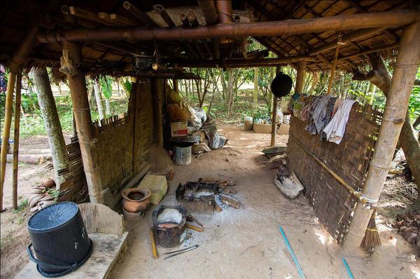 一家人七八个挤在一间小茅屋里