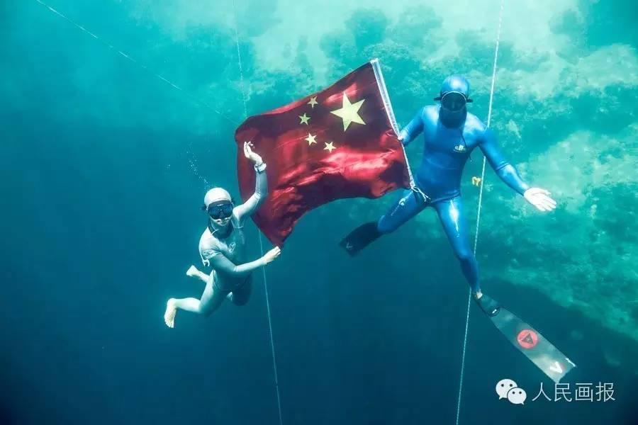 王奥林和陆文婕(左)是目前中国自由潜水最优秀的两位运动员,他们的共同目标,是让更多人爱上这项运动。   自由潜水运动在中国起步较晚,   而将此竞技作为职业的更是少之又少。   在王奥林看来,自由潜水改变了他的人生。   生长在昆明的王奥林最初是怕水的,上大二时,和他当时的女友、现在的妻子一起去东南亚旅游,才有了第一次与水的亲密接触。四年前在菲律宾的一次自由潜水课程,开启了他更广阔的天地。初次下水,王奥林只能下潜到8米,看到别人30多米的数字,他觉得简直是神一般的存在。 越潜往深处,海水越蓝
