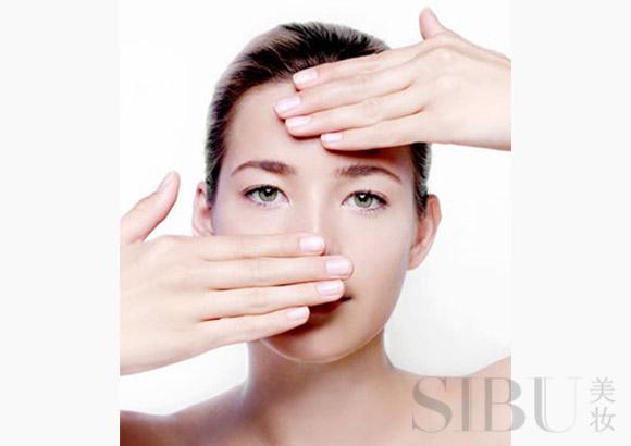 日常护肤步骤五:涂抹乳液 Q8:涂抹乳液的手法是用轻揉还是拍打? A:乳液一般是以轻揉的方式进行涂抹,要使用指腹的力量。既不是用手掌,也不是用指尖,因为指腹的力量适中而且具有弹性,能够温柔呵护肌肤。涂完之后最好进行简单的按摩,按摩时要从脸的中央部位向外按摩推开,直至乳液被完全吸收。如果乳液的质地比较稀,可以用化妆棉来涂抹。 Q9:涂抹乳液时,要注意哪些死角? A:除了眼角、嘴角、鼻翼这些死角需要格外注意之外,颈部也不容忽视。使用乳液时可以涂抹至颈部,颈部的油脂分泌量极小,更需要补充水分以及油脂,因此一定
