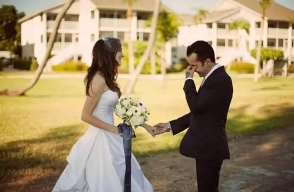 新郎看到新娘穿婚纱的那一瞬间是什么表情