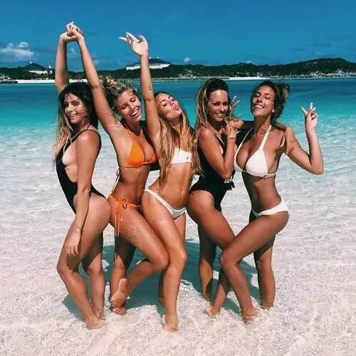 学会这几组潮爆的海边拍照pose,让你的沙滩照与众不同图片