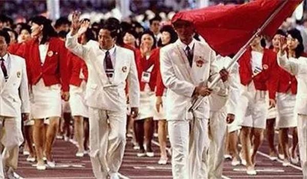 1988年汉城奥运会:篮球运动员宋涛担任中国队旗手图片
