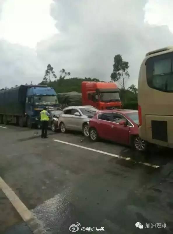 8月5日,昆楚高速5车连环追尾2人受伤 现场多图