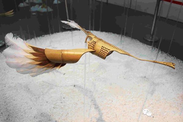 平衡鸟的原理_2原理平衡鸟之所以会平衡,仅仅因为整只鸟实际的重心在嘴尖这点的下方.