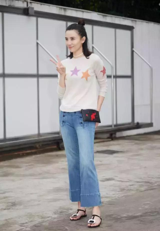 牛仔阔腿裤很复古,小个子女生可以搭配一双高跟鞋