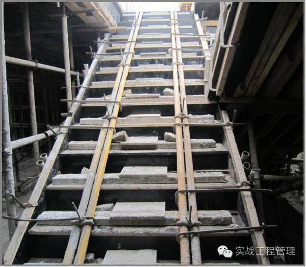 2,封闭式模板在楼梯踏步的中间部位预留孔洞,方便振捣混凝土,避免