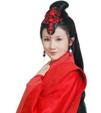 这款甜美的古装新娘造型,汉服的设计造型搭配上高高的盘发,让女生更加