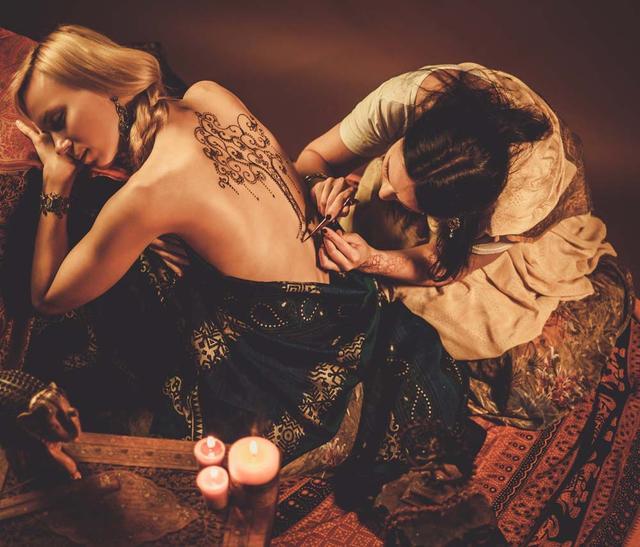 美女后背纹身唯美图片