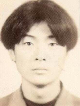 四六开分头,或三七开分头,这使得80年代到90年代之间男生的发型起到了图片