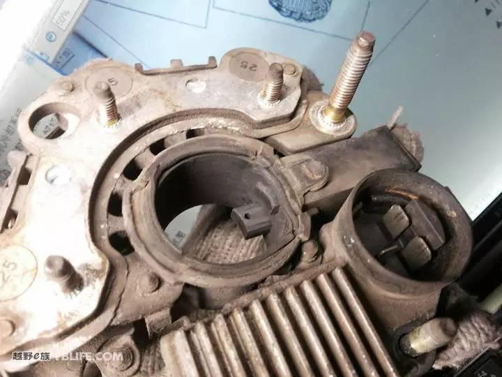 汽车 正文  由于电刷支架藏在里面,所以要将定子线圈和整流模块分离.
