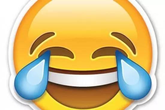 牛津辞典在入选陈述里面说,这张笑哭了的脸是2015年全球使用率最高的表情符,在英国网络各种表情使用率中占20%,在美国占17%,他们认为这是一种细致入微的表达形式,跨越了不同的语言障碍,成为现代人最高频使用的单个有意义元素,在便利性与信息量上同时占优。   表情包的流行,我总结有两个原因:一是方便,二是暧昧。在使用语境中表情包的使用,其实是既清晰又含混,既通行又个性。你发一个笑中带泪的表情,在不同语意当中,它可以被解读成苦笑、笑哭了或者是无可奈何等等都可以,所以它既是清晰的又是暧昧的。   网络流行