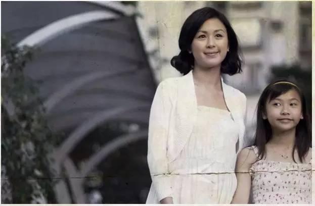 不堪忍受狱中酷刑自杀的单亲母亲 唐宁在2010年宣布结婚 但是新郎不是