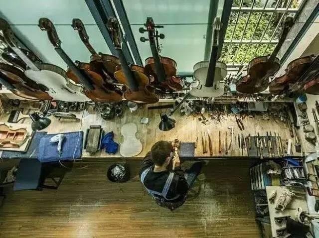 子相守在一起,李岩军踏入了手作提琴的行业,与大学专业相关的工作