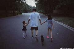 黄磊带女儿散步超暖心,多多大长腿抢镜