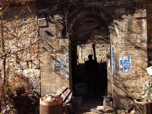 藏在深山人未识 的院落 一条石柱千块银元
