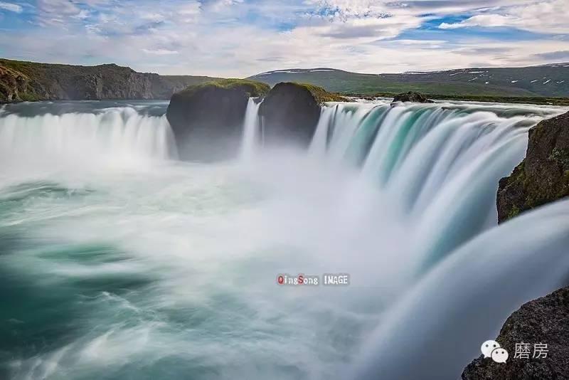 冰岛   冰岛,位于欧洲的北部,欧洲板块美洲板块的交界处,北大西洋和北冰洋的交汇处。特殊的地理位置使这里有丰富的火山,地热资源。而被冷暖的洋流同时包围,又使这里具有特殊的气候条件,冬天温暖,夏天凉爽,雨水充沛。冰岛广阔的土地上只有30多万人口,可谓人烟稀少。因此,冰岛具有多变的地貌,宜人的气候,丰富的植被,原始的自然风貌,不愧是风光摄影的天堂。   由于冰岛所处的纬度高,冰岛分为夏季永不天黑的极昼,和冬天永远没有白天的极夜两个迥然相异的季节。冬季,冰岛是一个冰封的童话世界,也是观看极光和绮丽的冰洞的