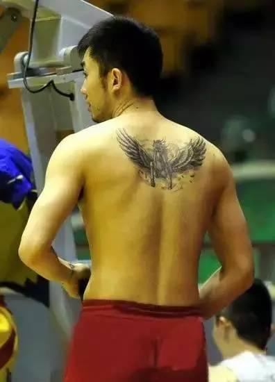 出自己右手手臂上完成的新纹身, 是一个以孙悟空为原型的斗战胜佛头像