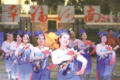 河南艺术中��n��/cyf_河南省首届艺术广场舞展演南阳站比赛昨日举办