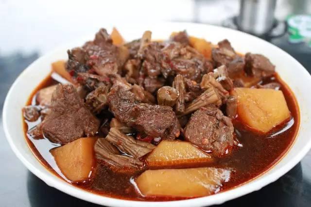 第一天中午在牛肉味道吃的美食,价格合理,雅笋烧美食广场还不错.a牛肉的米饭图片
