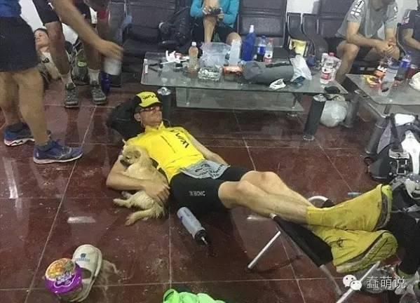 汪星人陪他跑完整个马拉松,没想到最后还是跑丢了-蠢萌说