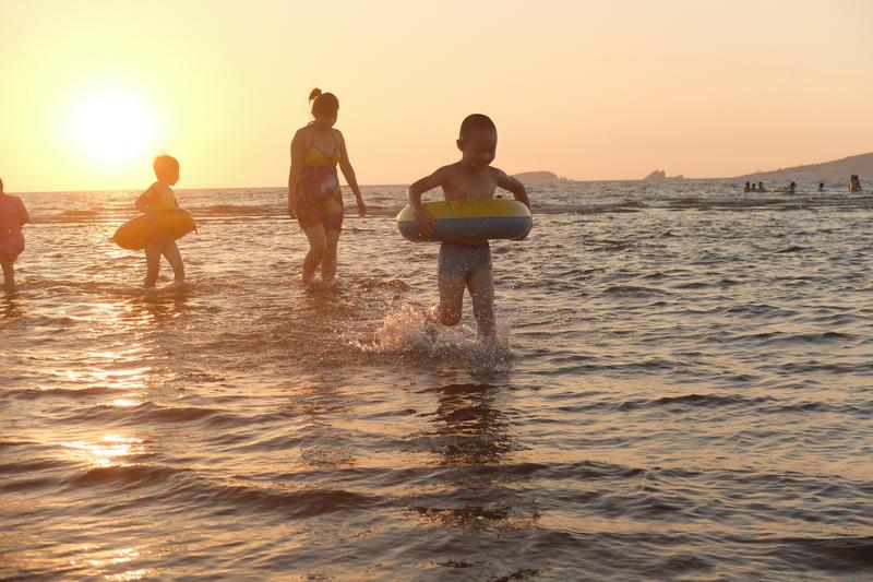 夕阳下的海滩剪影摄影小技巧图片