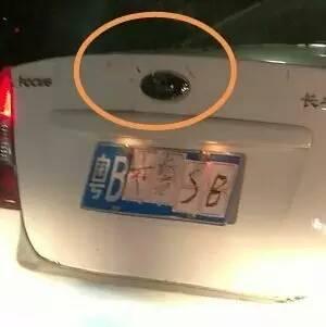 作大死 深圳一车主遮挡车牌贴 交警SB 被罚惨
