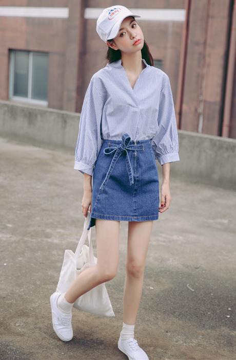 衬衫搭短裙 秀出大长腿!