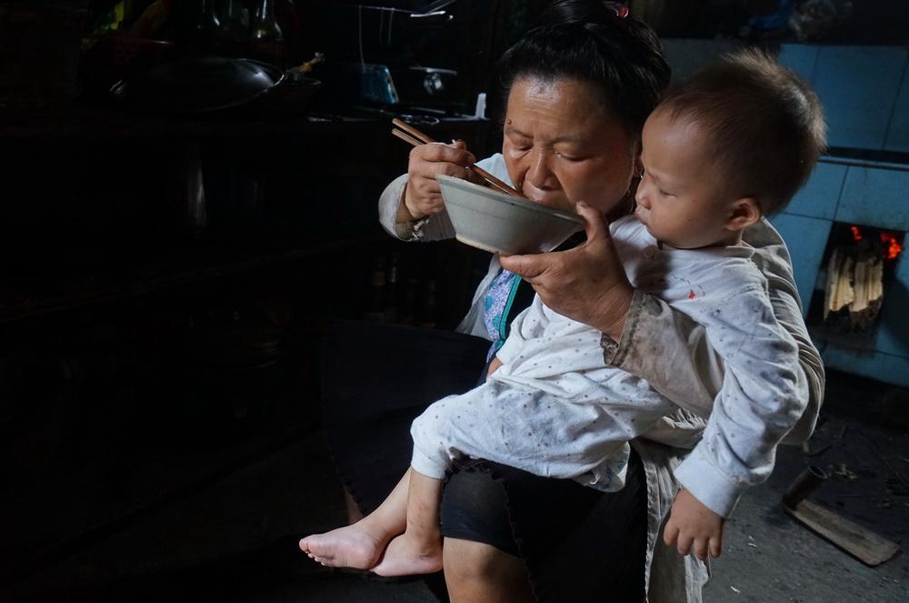 占里侗寨,我住进神秘的女药师家里..