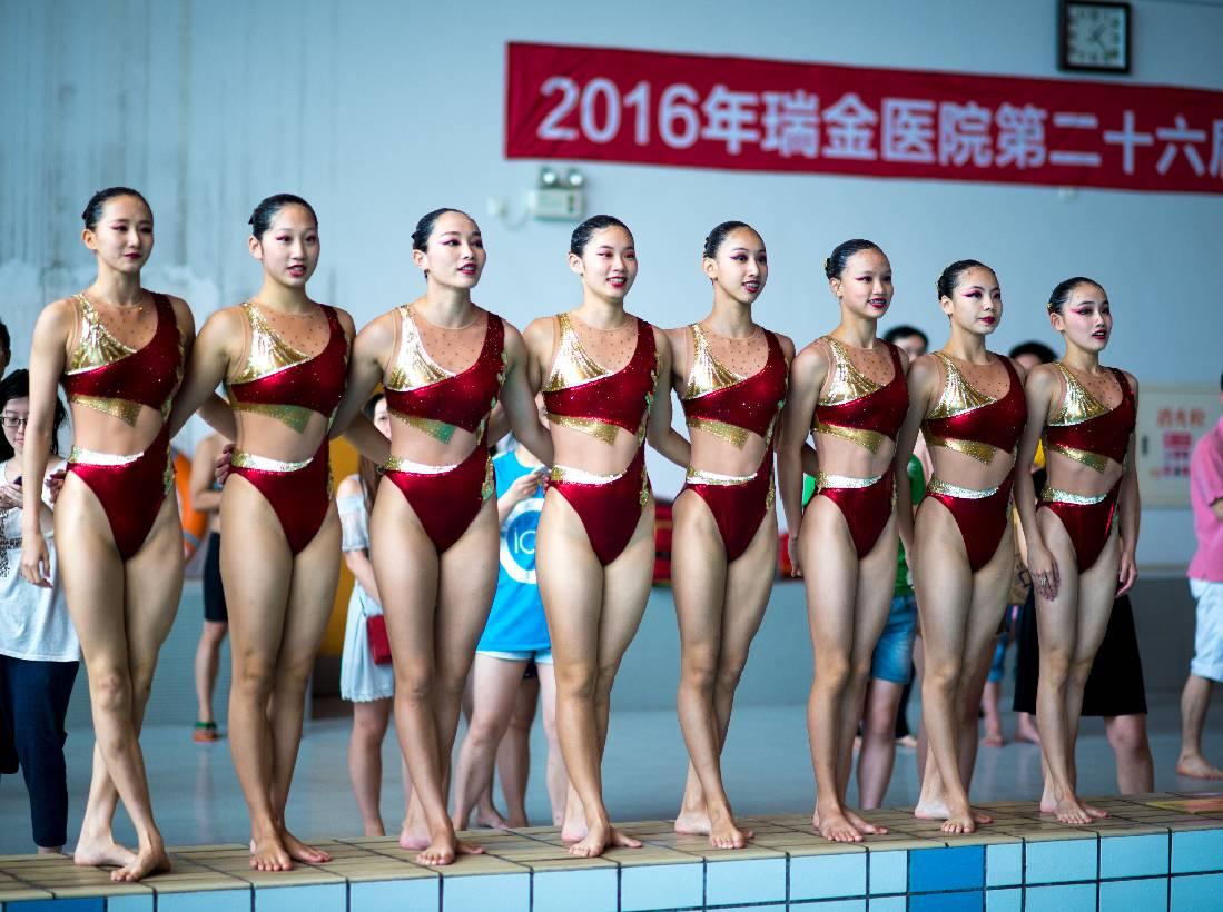 上海花样游泳队也来到了比赛现场,为比赛加油助威.