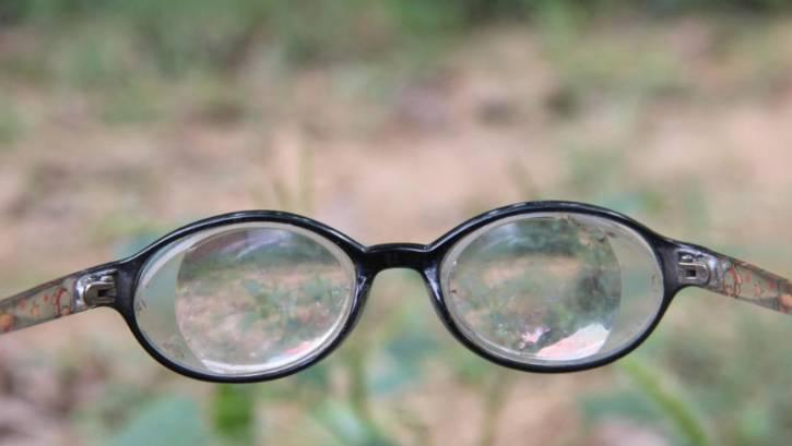 这个男孩才11岁,却近视2200多度,眼镜比啤酒瓶底还厚 他都不知道妈妈长什么样