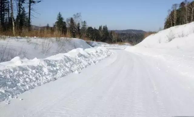 ,河边的积雪也是一道风景线