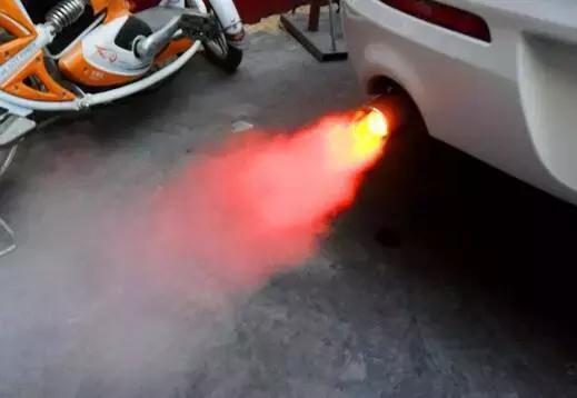 """不是特效!汽车深踩油门的时候为什么会""""啪啪""""响"""
