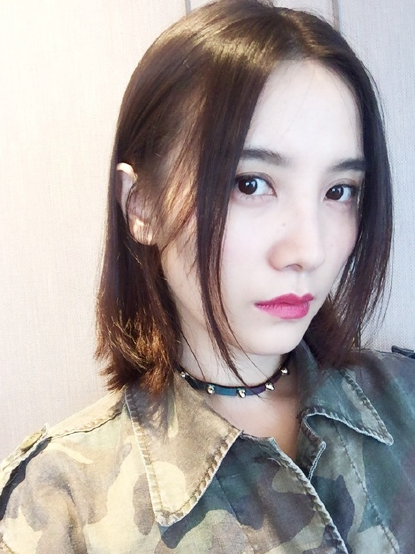 小宋佳换发型与鹿晗撞脸 彩色超短发不是想剪就剪