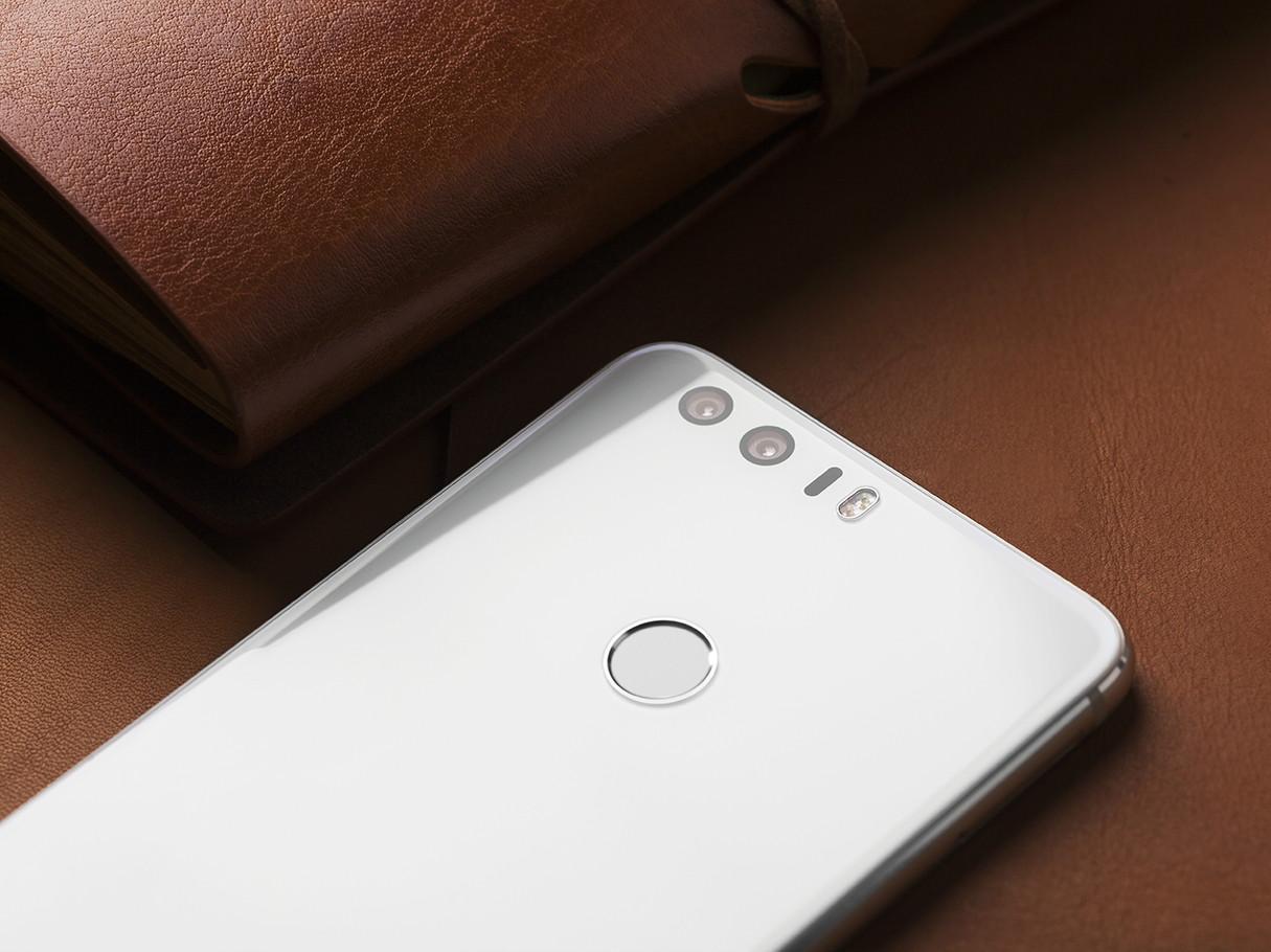 智能机迅猛发展的这几年,出现了魅族M8、MX3、PRO6,努比亚Z11,iPhone和iPhone 4,HTC M7,三星Galaxy S6edge等等一些令人眼前大呼惊艳的产品。但是逐渐的就当下来说总感觉少了创新的意味,手机的外观逐渐趋向于魅族正面与天线带+努比亚无边框+华为双摄这样的设定,一轮一轮洗刷着审美观。   魅族正面及天线带
