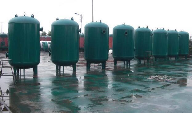 无塔供水器工作过程是水泵启动,将水通过止回阀注入压力罐体图片